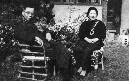 傅雷,朱梅馥夫妇在寓所花园